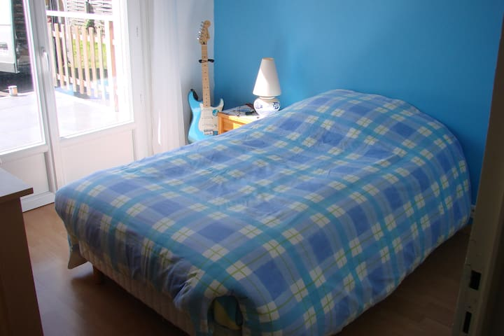 chambre lit 110 placard avec penderie bureau
