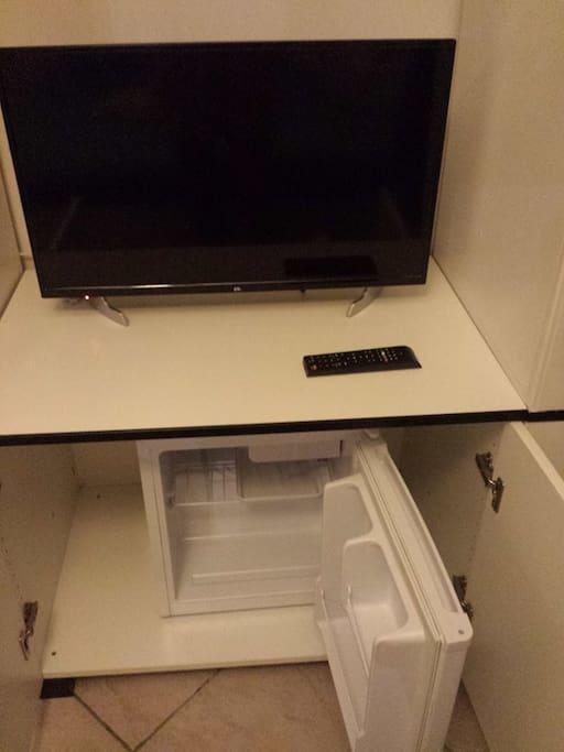 Dettaglio frigobar e TV schermo piatto