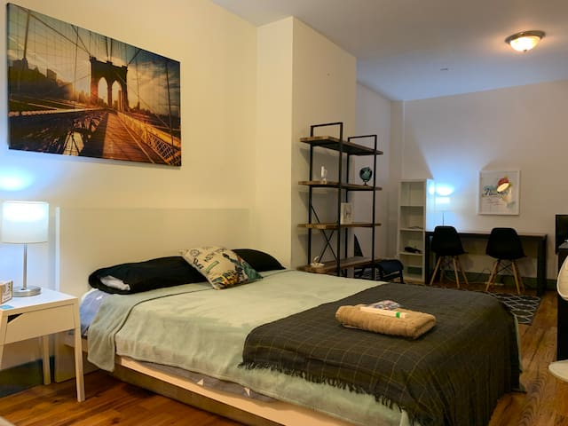 Huge Studio Like Room Short Walk From The Subway!