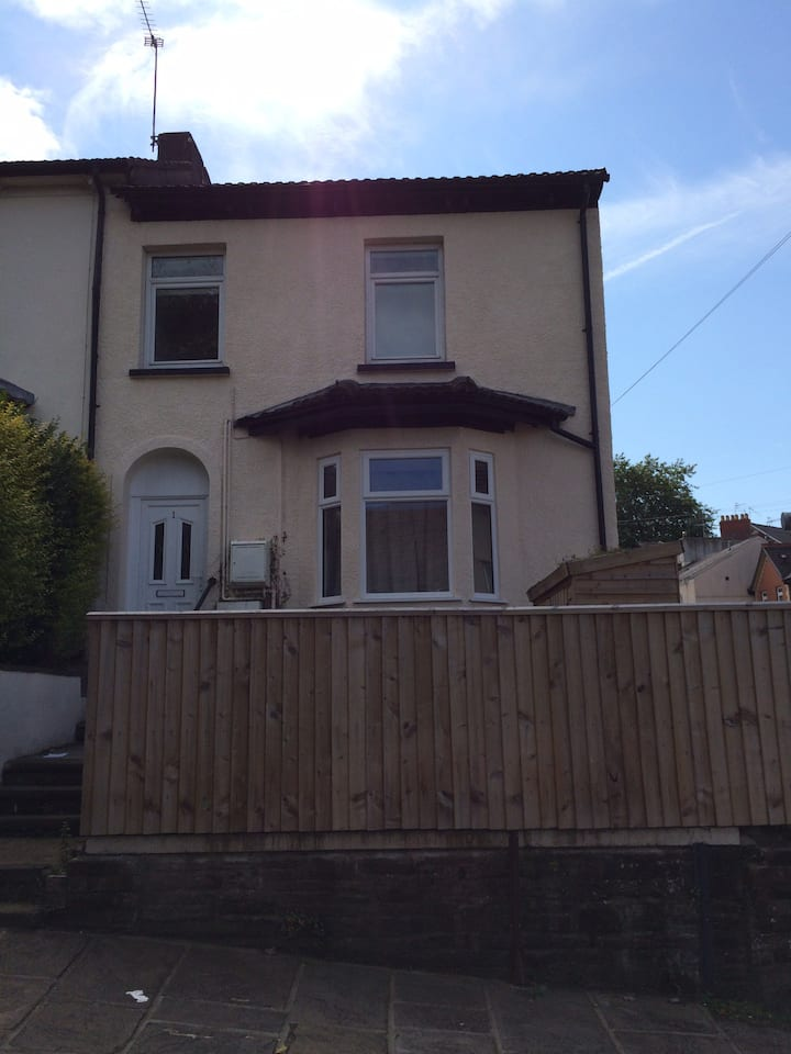 Central Newport 2 bed Flat with parking