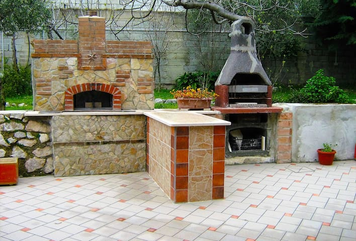 AREA BARBECUE E FORNO PER LE VOSTRE GRIGLIATE ALL'APERTO