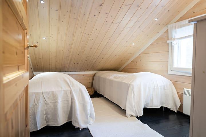 Yläkerran makuuhuone. Upper bedroom.