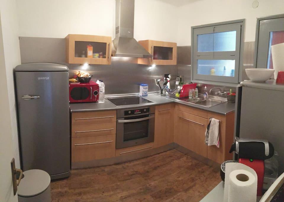 cuisine tout équipé (lave vaisselle, four, four micro ondes, machine à café nespresso,..)