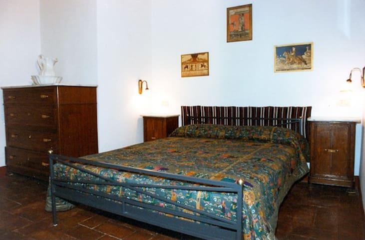 Das Kastanienschlafzimmer: rustikale toskanische Möbel mit französischem Bett