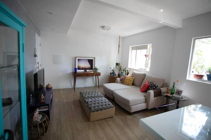Apartamento moderno, reformado e charmoso.