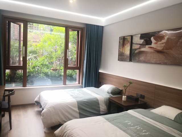 卧室一:宽大的卧室带落地窗,窗外的园林景观尽收眼底。