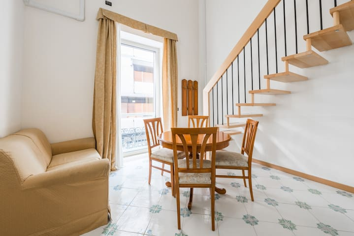 NEMA, monovano con soppalco e divano letto - Bari - Apartamento