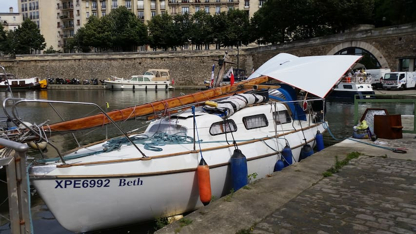 Boat in the middle of Paris - París - Barco