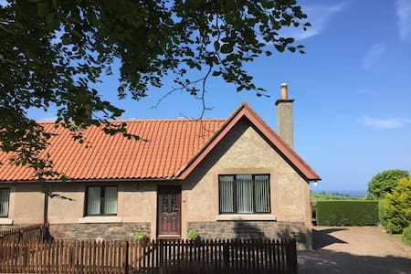 Templehall Cottage. Modern cottage with sea view