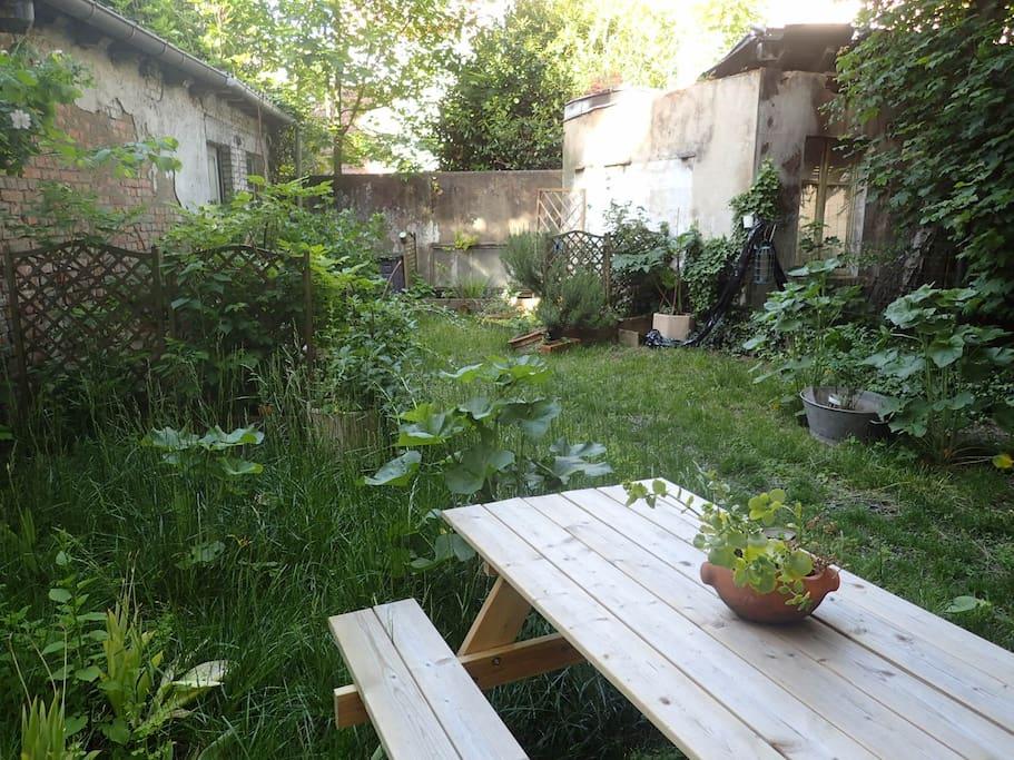 Le jardin de Comme un jardin dispose de deux chaises longues et d'un barbecue...
