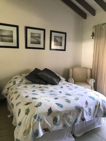 2do Dormitorio con cama Queen.