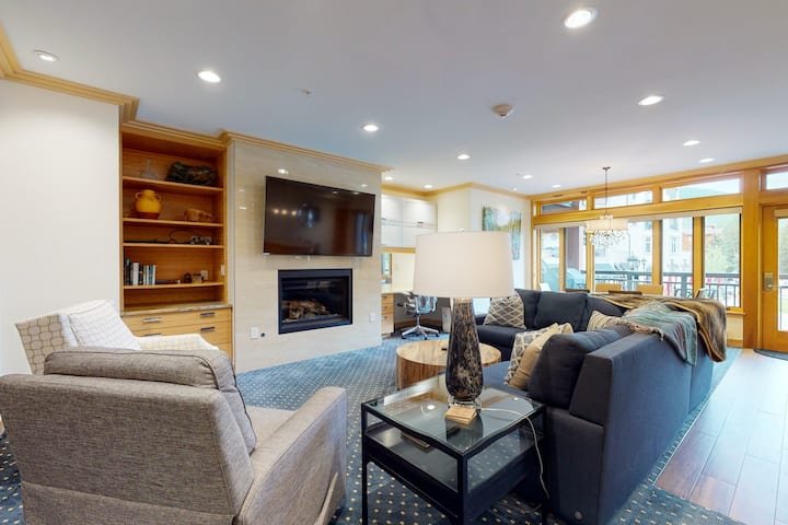 Ski-in/out condo with fireplace, balcony, fast WiFi & shared hot tub, pool, W/D!