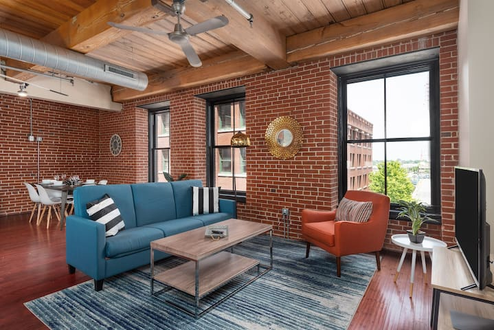 Modern & Spacious Loft Central to Downtown