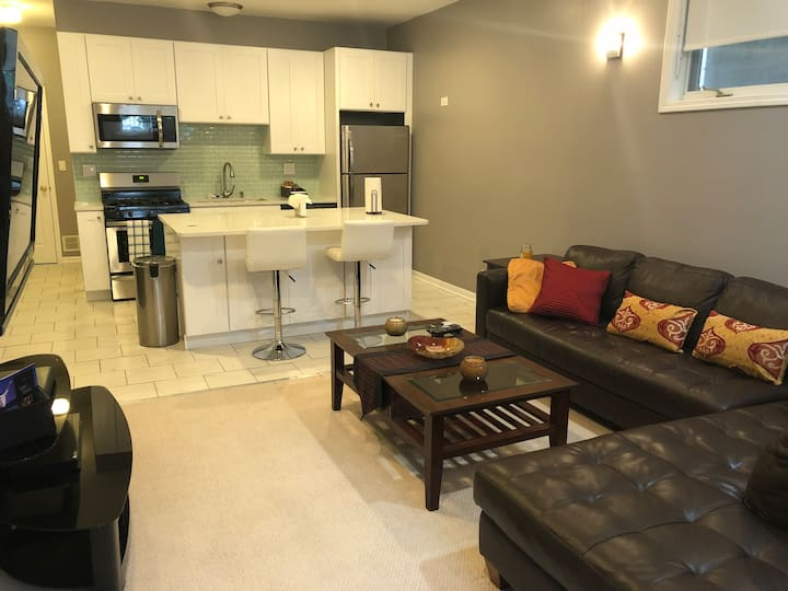 Modern Urban Suite - West Town, Centrally Located