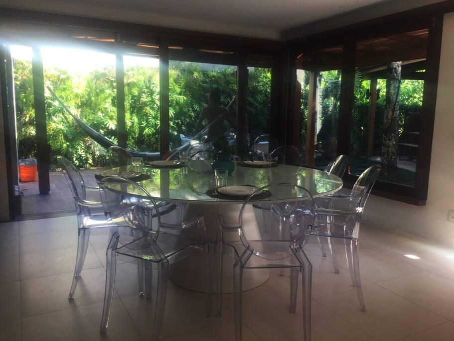 Sala de jantar espaçosa , arejada com vista para o jardim.