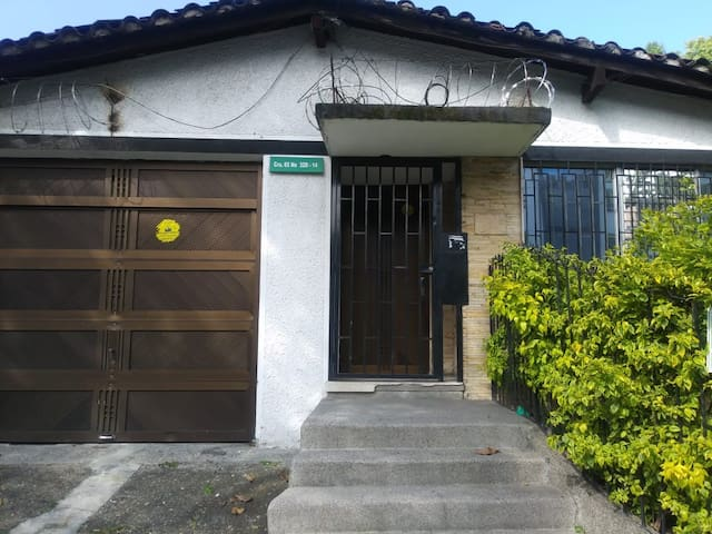 Habitación privada no 3 en casa grande  Medellin