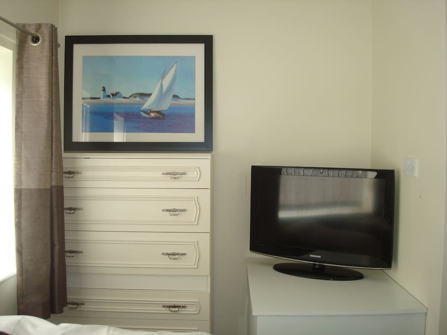 Large chest of drawers and TV with Netflix and firestick and unlimited fibre optic wifi