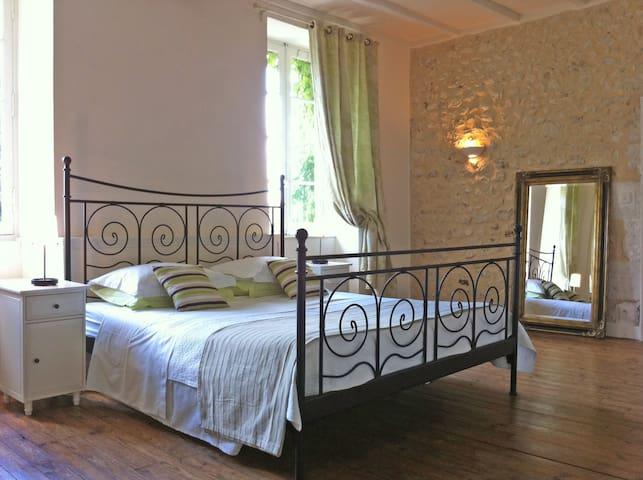 Master bedroom in L'Appartement..