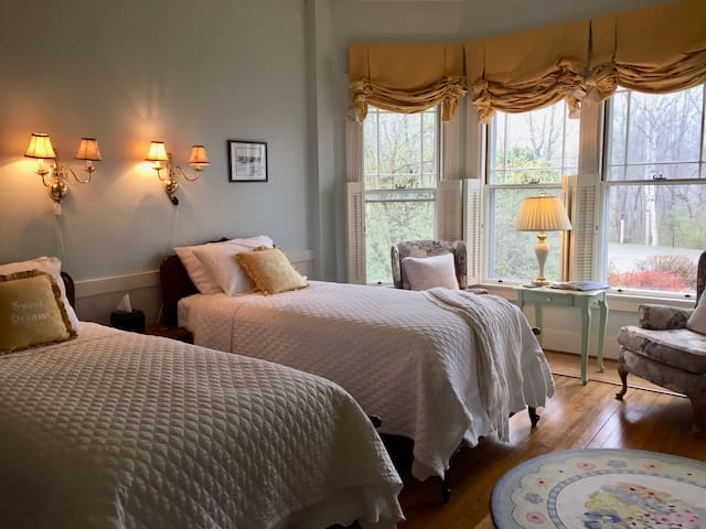 Harbor Room: Victorian By The Sea B&B (pr.bath)