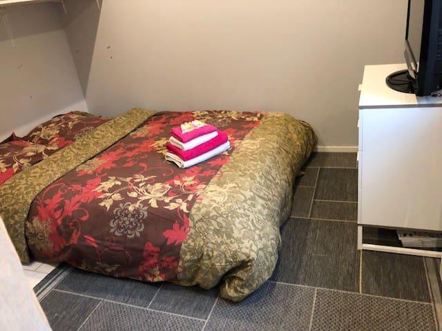 chambre 1 : lit double avec télé