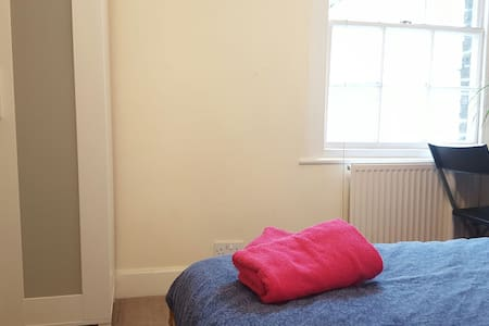 43. Cosy Bedroom In the Heart of LD - London - House