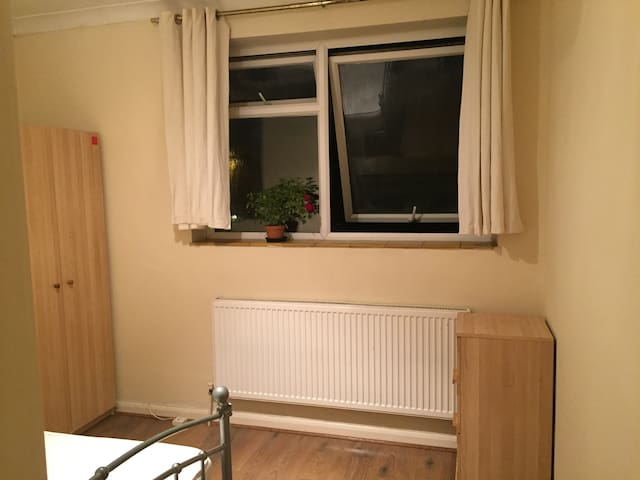 Medium size room with double bed in Gants Hill