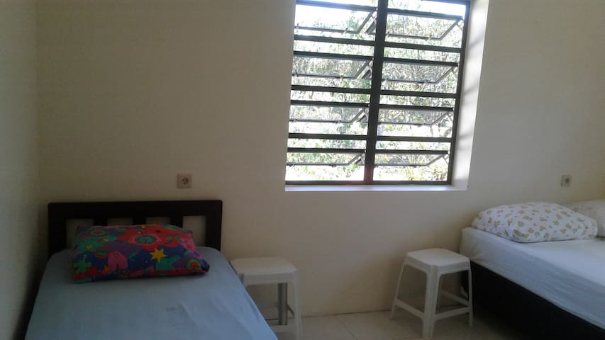 Kamer met airco 1 eenpersoonsbed en 1 tweepersoonsbed