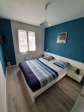 Chambre 1 avec un lit 160 x 200,  dressing, et TV
