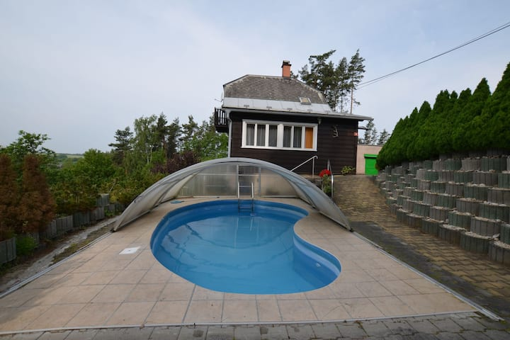 Detached house with pool and covered terrace. In the middle of the nature