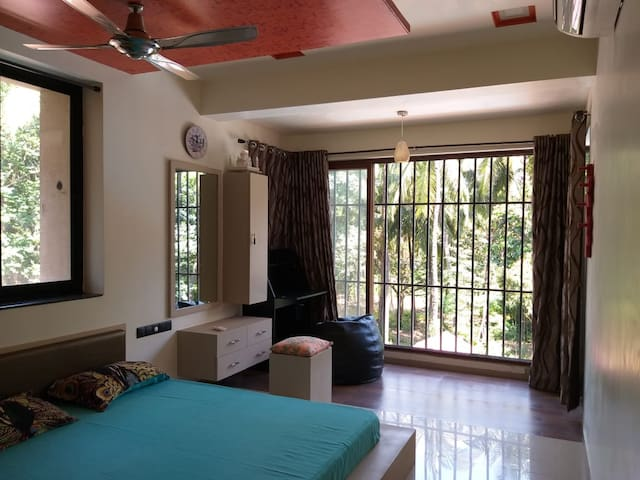 "Shwetali's Stylish Condo- ""A short walk to beach""."