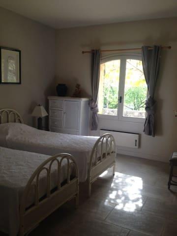 Grande chambre avec 4 ou 5 lits maison splendide - Gordes - House