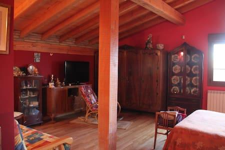 NOBLE HABITACIÓN ROJA  50m,BAÑO COMPLETO,FRIGO,TV