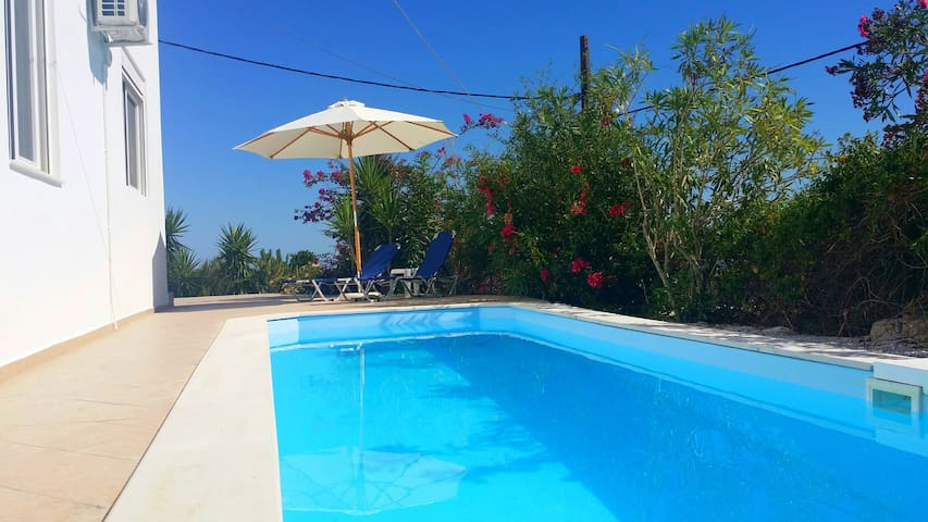 Kournas Villa with pool, 4 bedrooms and seaview - Kournas - Talo