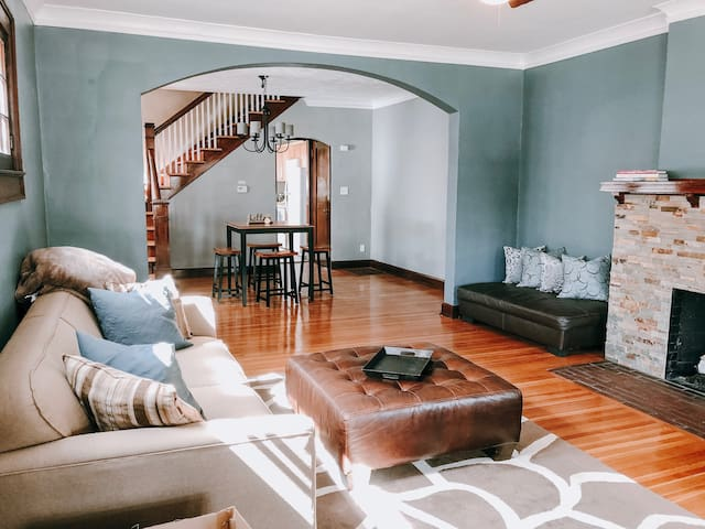 Stay Here & Explore Downtown - 3BED | 1 BTH
