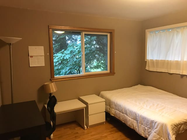 Clean warm room in Redmond