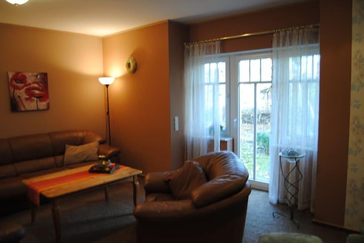 vom Wohnzimmer führt eine Terrassentür in den Garten