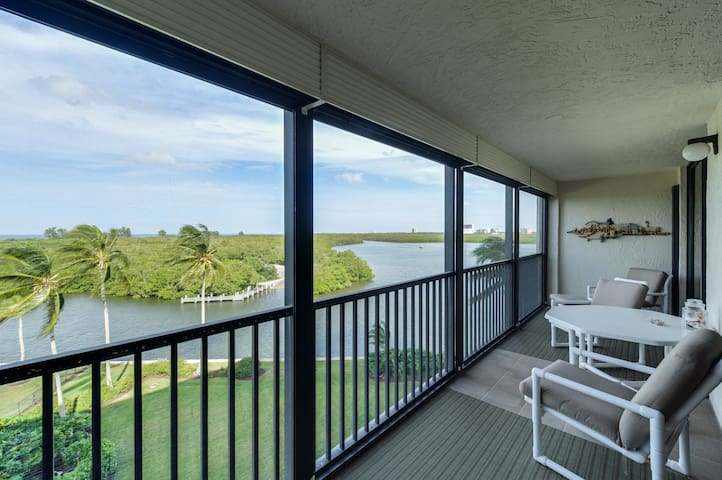 Gulf View Condo with Bay Views / Walk to Beach!