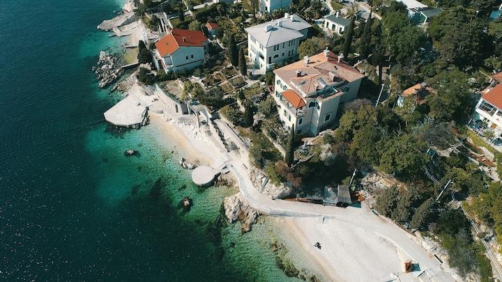 Villa Visum, amazing property on the beach
