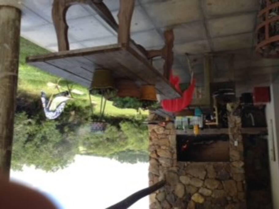 El parrillero , muy cerca de la cocina integrada al comedor y living, es un lugar con una vista increible y muy amplio
