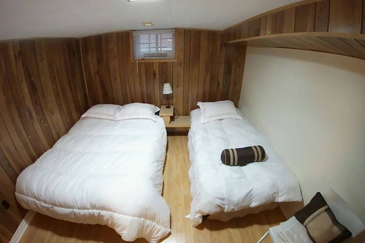 Private Bedroom - Queen Bed 2