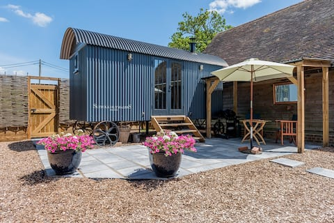 Romantic Shepherd's Hut Retreat very private.