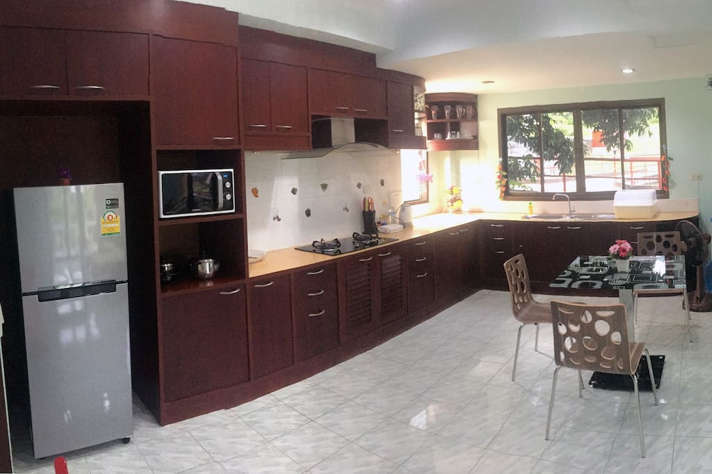 Spacious western kitchen fully fitted