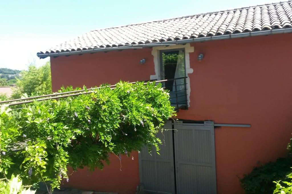 Entrée du logement (passerelle entre la maison principale et la grange)
