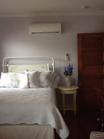 Chrysocolla Inn - Amethyst Room - Globe