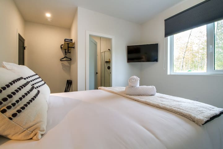 Deluxe Queen Room - Arrows Edge Lodge - Revelstoke