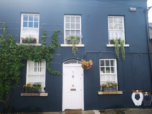 Beautiful 2 bed cottage  beside City Centre