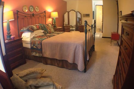 The Master Room w/ Queen Bed & Bath - Haus