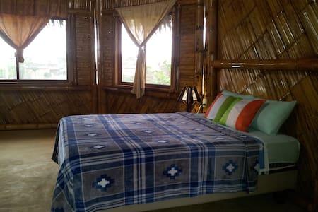 Habitacion Triple Diseñada en Bambú - Bed & Breakfast