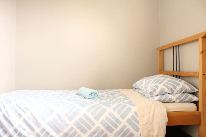 A Little Room in a Great House - Footscray - Casa