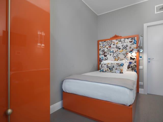 A&B Rooms- FROG Queen Bed Room